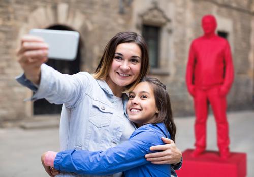 Personen mit Statue